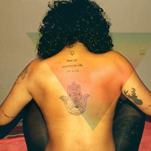 as costas: > uma hamsa; > None but ourselves can free our minds - letra de Redemprion Song. Bob Marley > símbolo alquímico do ar > veado no braço e, por baixo, a data de nascimento do meu sobrinho.